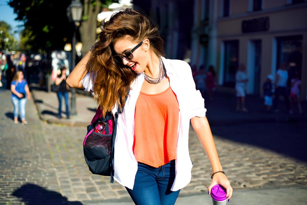 Femme portant des vêtements tendances dan la rue.