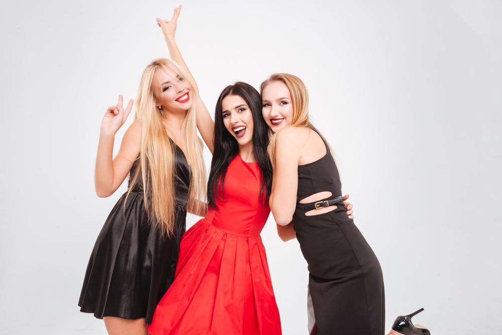 Trois femmes en robes de soirée, prêt pour faire la fête.