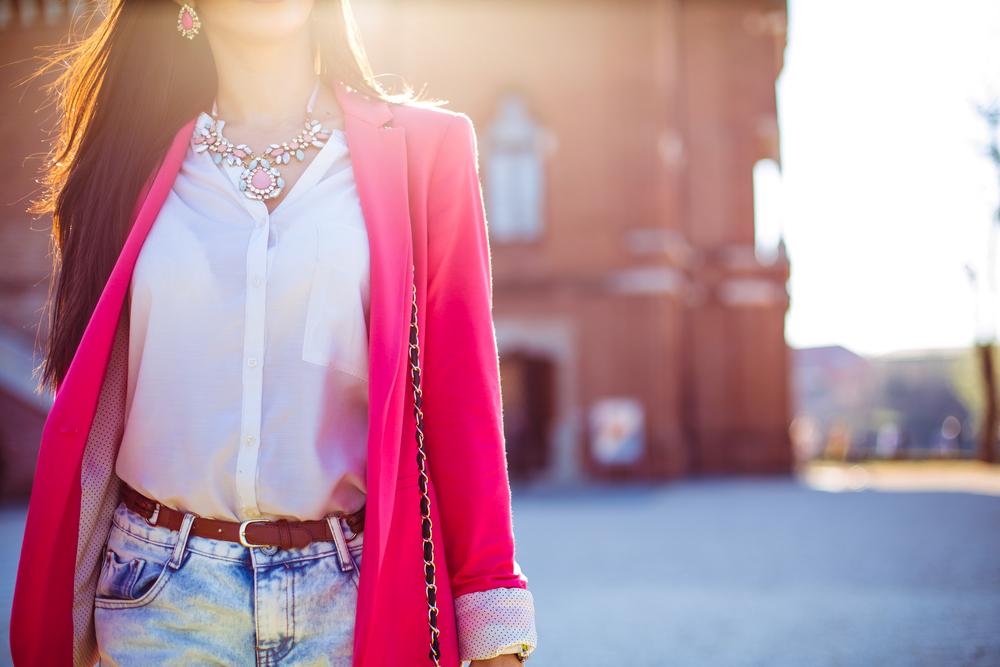 Femme portant une blazer rouge, un jean et un t-shirt blanc